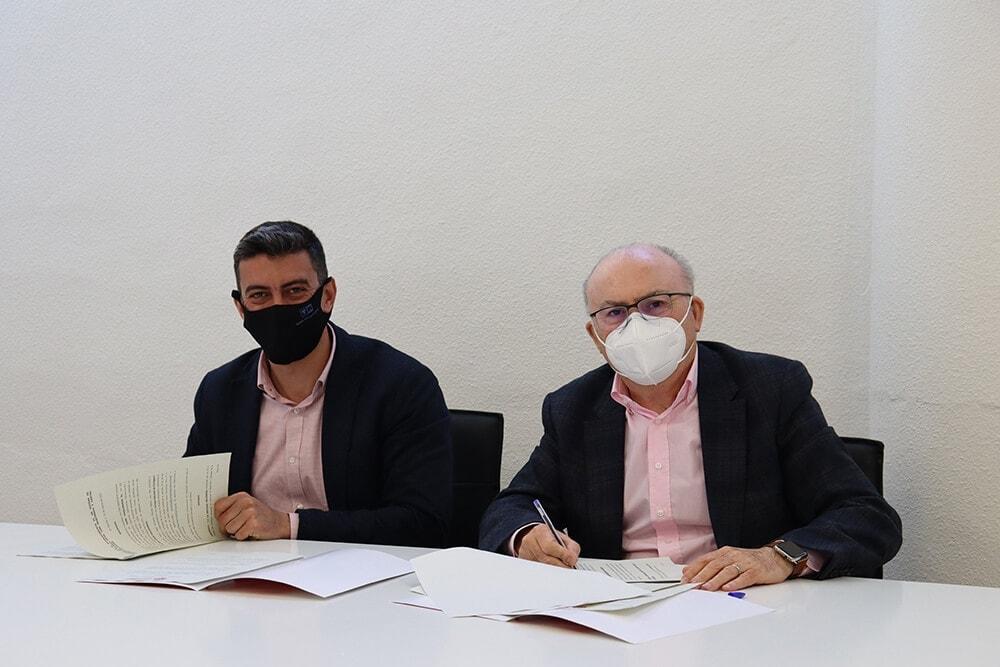 firman convenio Cáritas Diocesana y Tomi Maquinaria